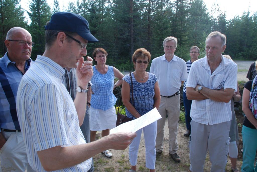 Hannu Lehtonen berättar var avlidna släktingar är begravda på begravningsplatsen Lintuharju i Soini.