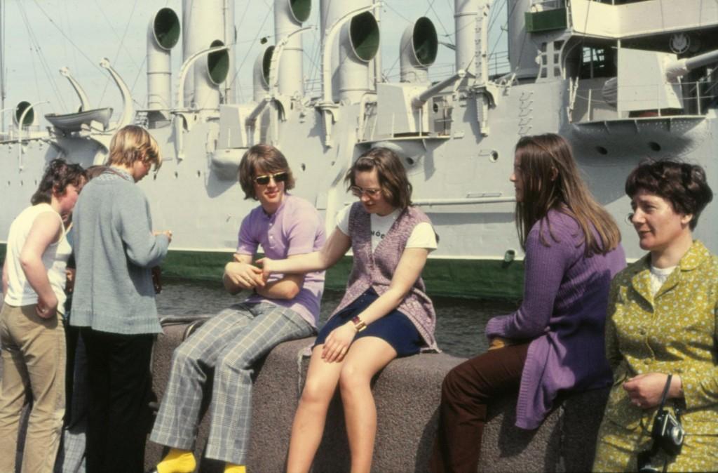 Den årliga skolresan utgjorde en starkt sammansvetsande faktor. Min första resa, i maj 1971, skedde till dåvarande Leningrad. Här en bild framför kryssaren Aurora.