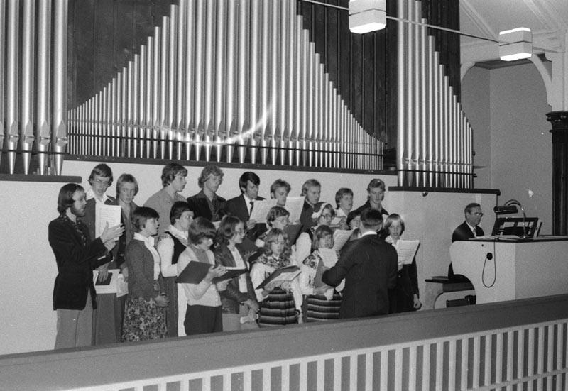 Pedagogikkören sjunger vid 50-årsjubileets festgudstjänst i Brändö kyrka 31.10.1976.