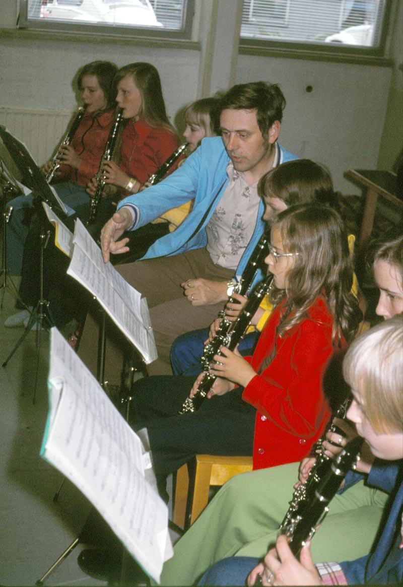 En av eldsjälarna under musikkurserna var Jeppoläraren Ole Nordström. Här drillar han unga klarinettister.