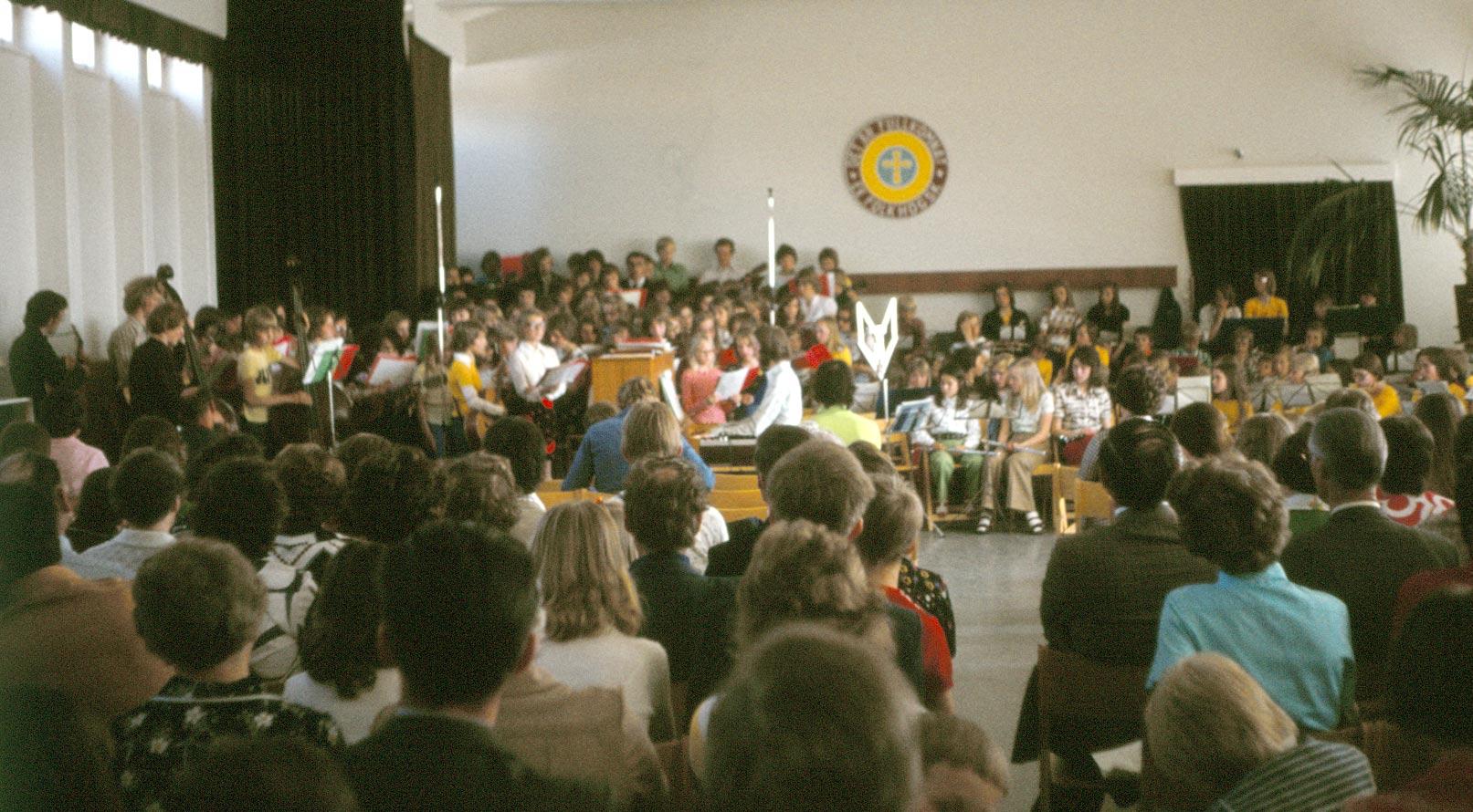 Sommaren 1976 hade sång- och musikkursen 29 deltagare som fyllt 16 år och dessutom 146 yngre deltagare. Den här bilden är från den högtidliga avslutningen då musikanterna spelade och sjöng inför föräldrar och vänner.