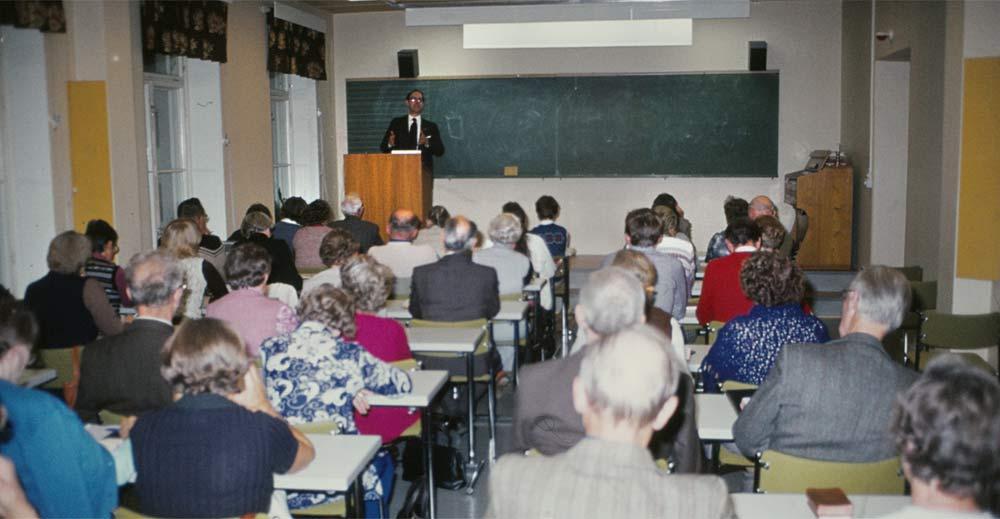 Kvällsbibelskolan, som hölls i Verbum, var välbesökt. Här en bild från det första tillfället 22.9.1981, då vi hade besök av teol.dr Ingemar Furberg från Stiftelsen Biblicum i Uppsala under en veckas kurs, Bibeln och vår tid.