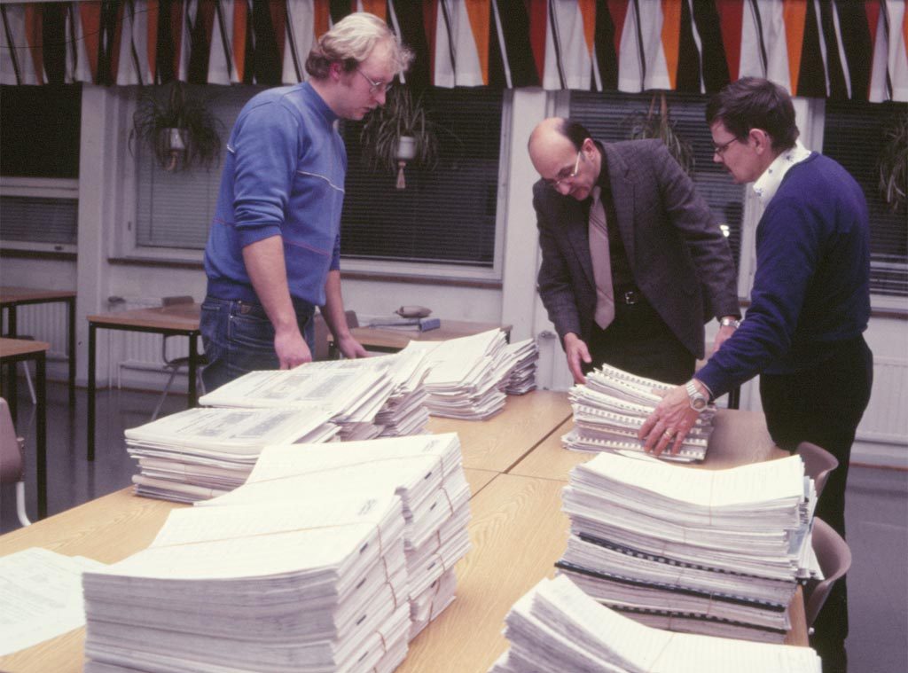 Den 25 november 1986 var entreprenadhandlingarna klara att köras ut till ett tiotal potentiella byggfirmor. Fastighetskommittén sorterar högarna: Lasse Dahlbäck, John Lasén och Börje Ahlsved.