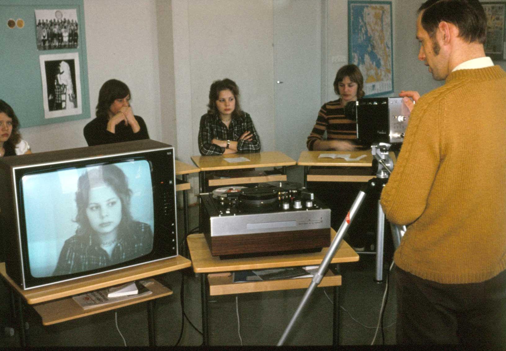 Åke Lillas undervisar en grupp i filmteknik med utrustning som lånats från AV-tjänst. Läsåret är 1973-74.