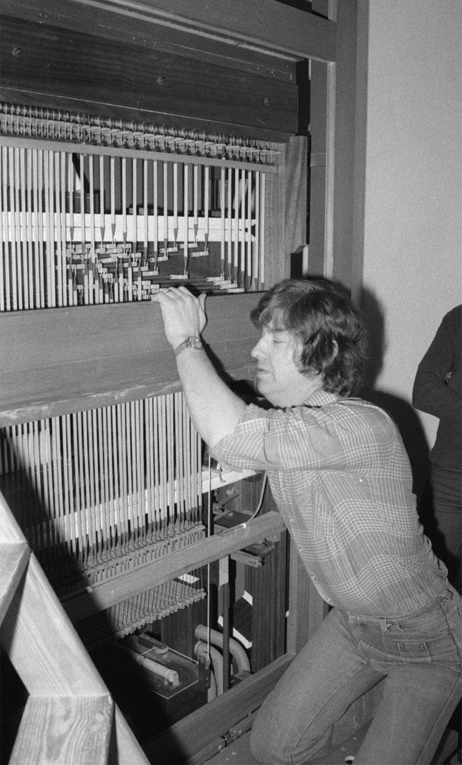 Det blev en spännande tilldragelse när orgeln anlände i början av 1977. Orgelbyggaren Jan-Olof Grönlund från Luleå tillbringade flera veckor med att bygga upp orgeln och intonera stämmorna.