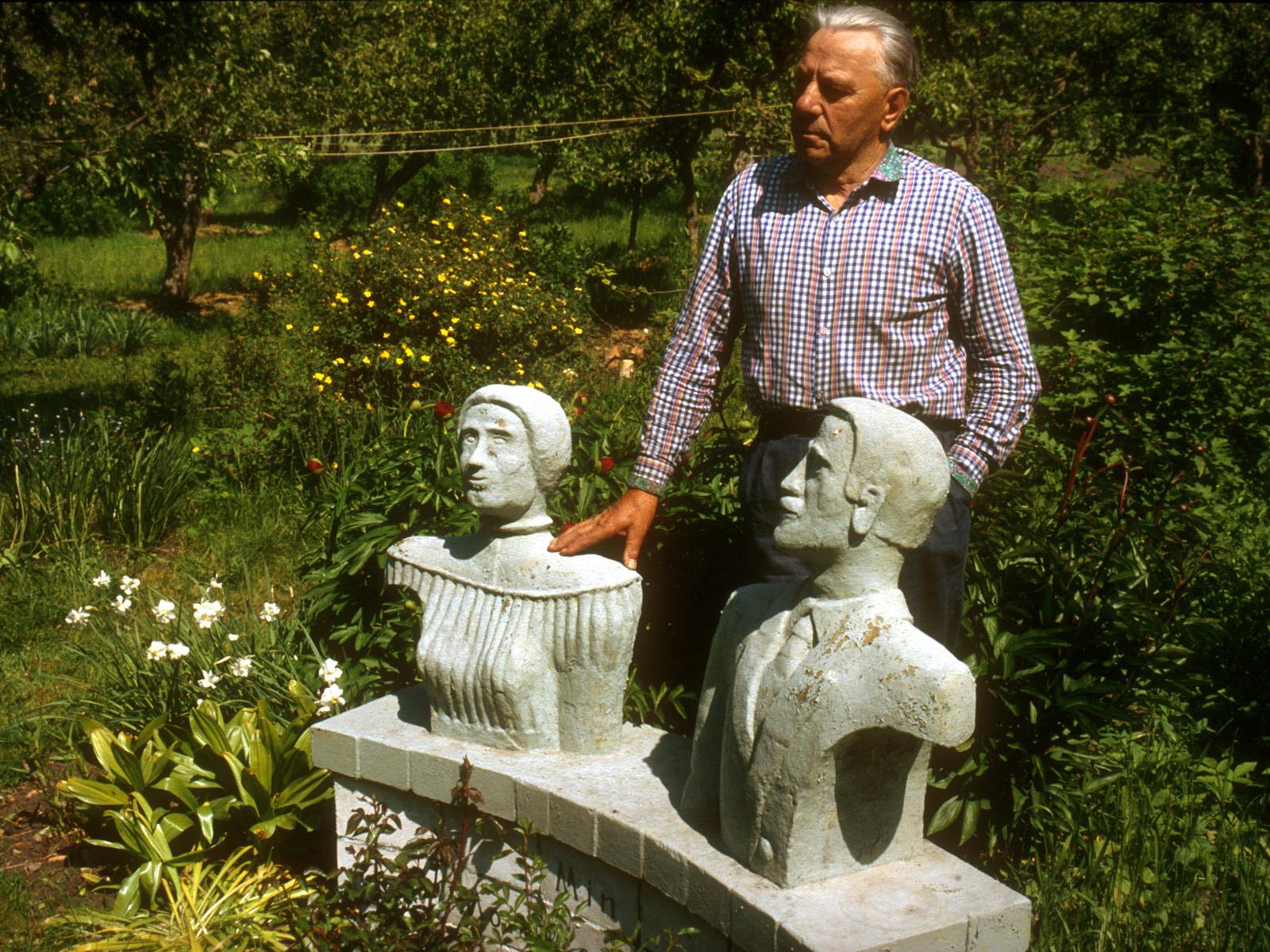 """Felix Sedman var en av de få Nuckösvenskar som överlevde i Estland. Han visar här upp sina konstverk, """"Far och mor""""."""