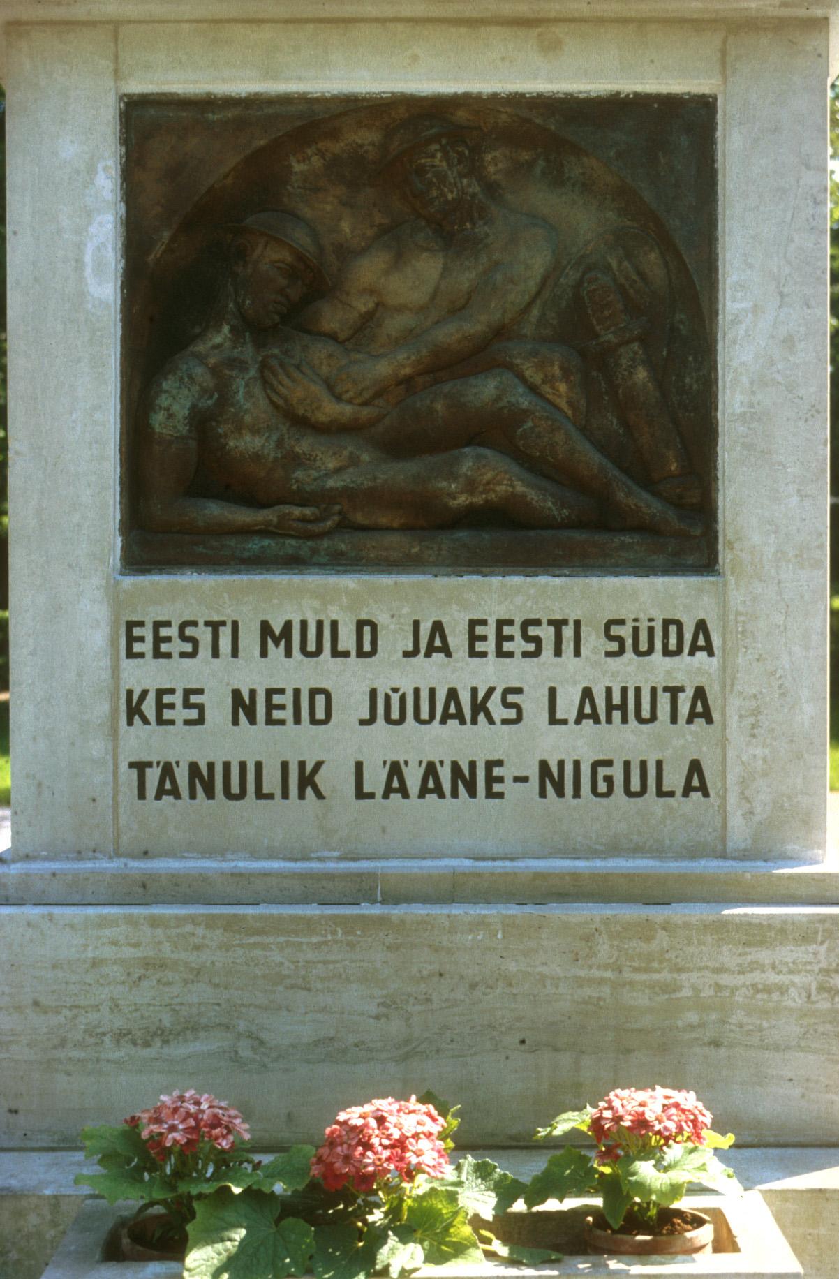 En hyllning till dem som fallit för fosterlandet invid Lääne-Nigula kyrka.
