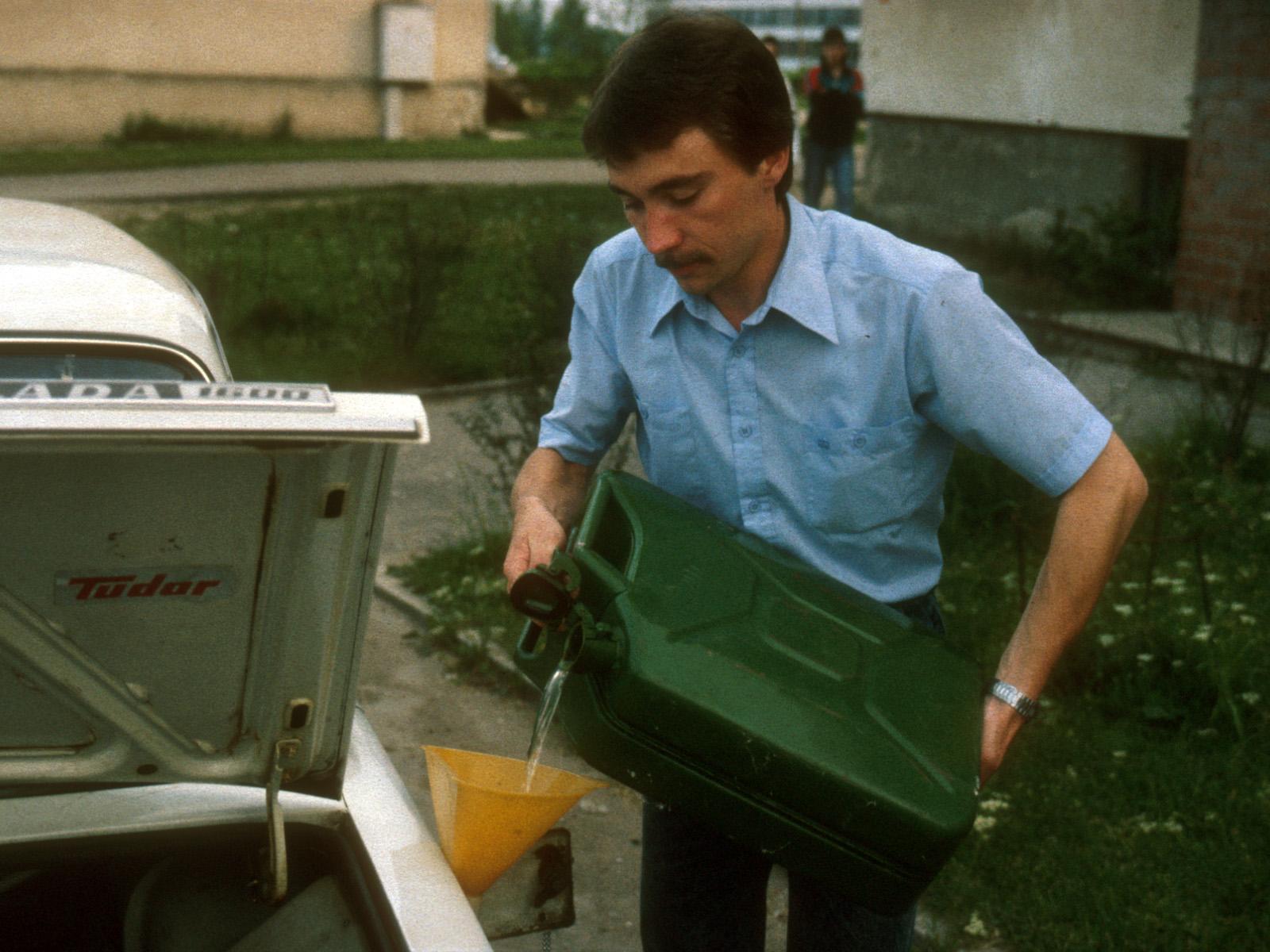 Heikki Mutso har lyckats få köpa en dunk bensin i Viljandi. Lördag kväll 2.6.1990.