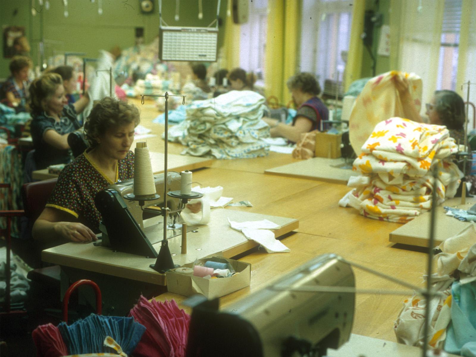 Sömmerskor i långa banor i textilfabriken Sulev.