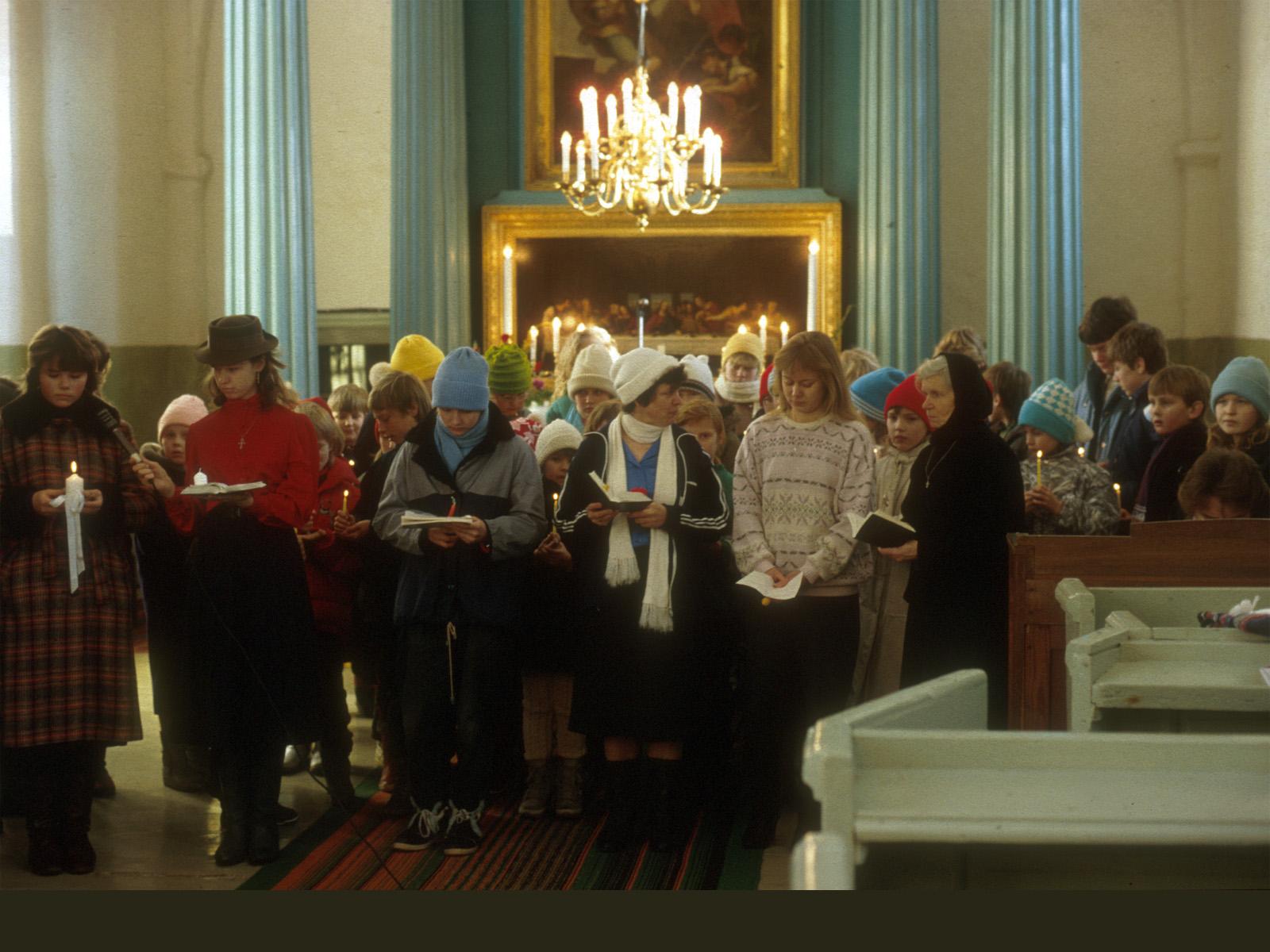 Söndagsskolbarn med sina ledare sjunger i Lääne-Nigula kyrka 3.2.1991. Det var bara fem plusgrader i kyrkan.