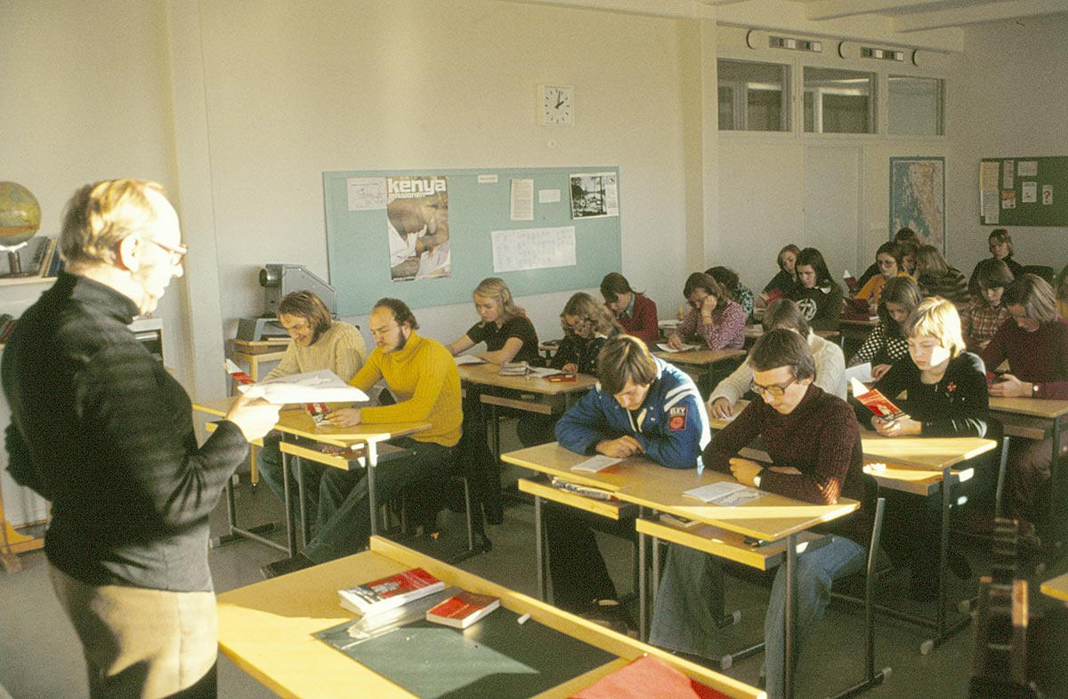 Gustav Norrback håller kristendomsundervisning läsåret 1975-76.