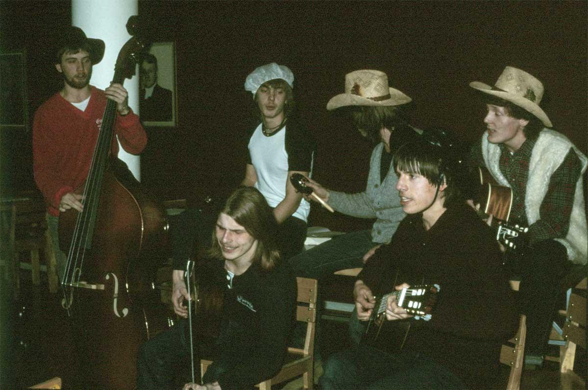 En grupp pojkar framförde i februari 1981 ett par egna låtar på en S-timme, inspirerade av de kreativa musikeleverna Anders och Macka. En grupp bibelkursdeltagare deltog och vi var smått ängsliga hur de skulle uppfatta visorna, men de hade roligt.