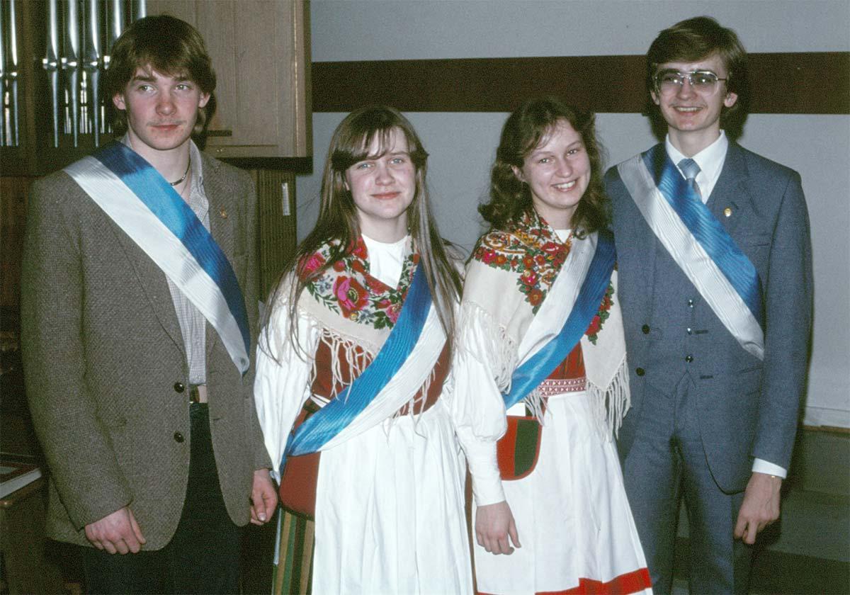 Under de stora festerna fungerade elever som marskalkar. Här festklädda marskalkar från 1981-82 (till höger nuvarande rektor Kristian Sjöbacka).