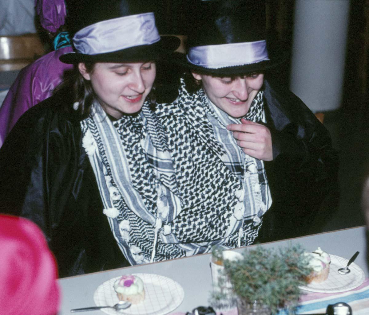 Bild från en maskerad 1982-83 där 2 x M leker siamesiska tvillingar.