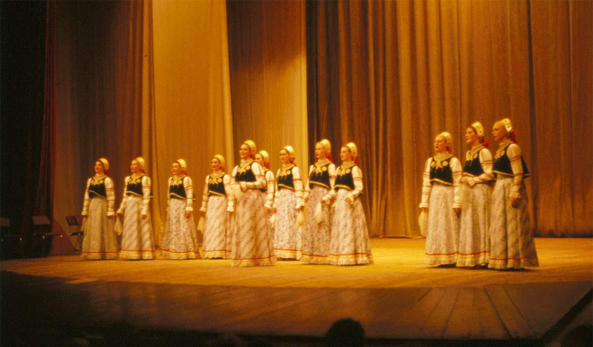 En bild från folkdansuppvisning i ungdomspalatset i maj 1983.