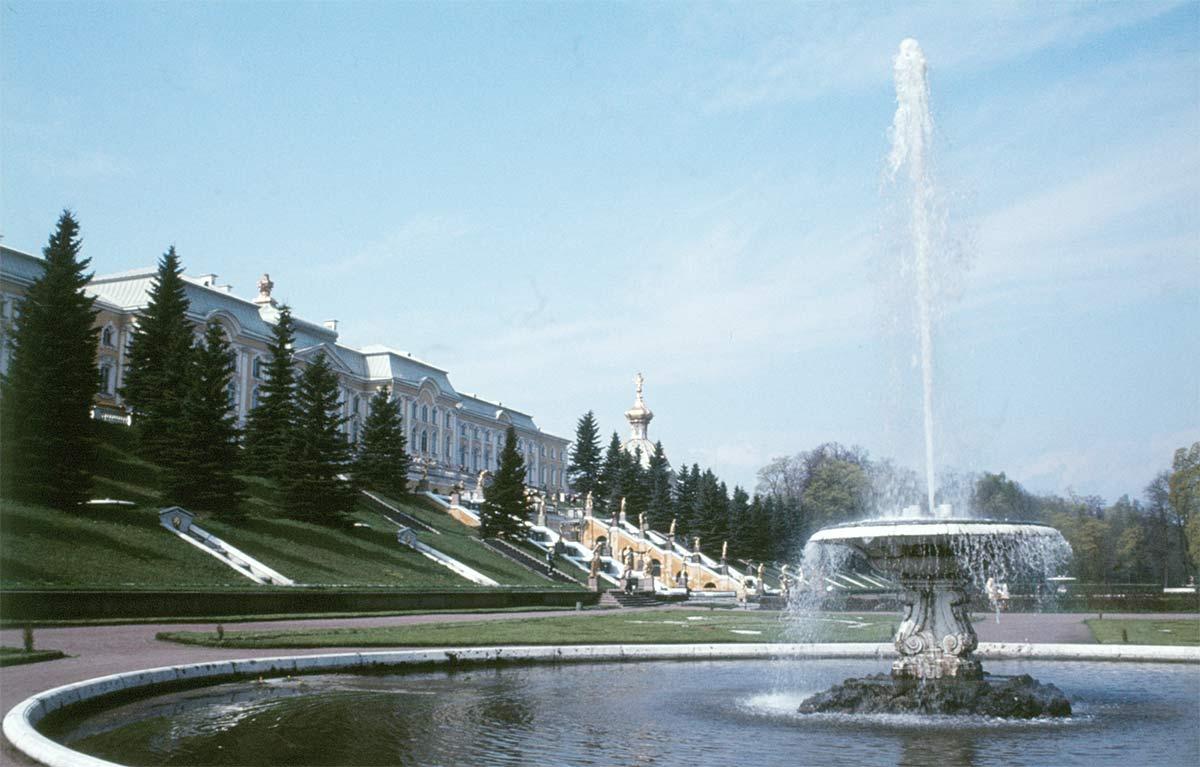 Till de storslagna sevärdheterna utanför Leningrad hör Peterhof, som vi besökte 1983.