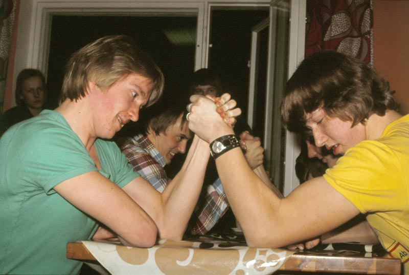 Några pojkar testar armstyrkan. Bilden är från  1976-77.