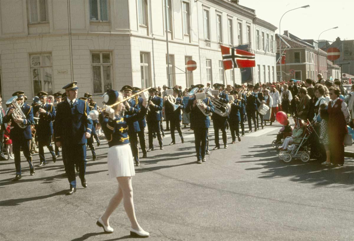 """De många grupperna som tågade genom Trondheim på """"syttende maj"""" imponerade stort på oss. Vilken glädje, vilka skolmusikkårer!"""