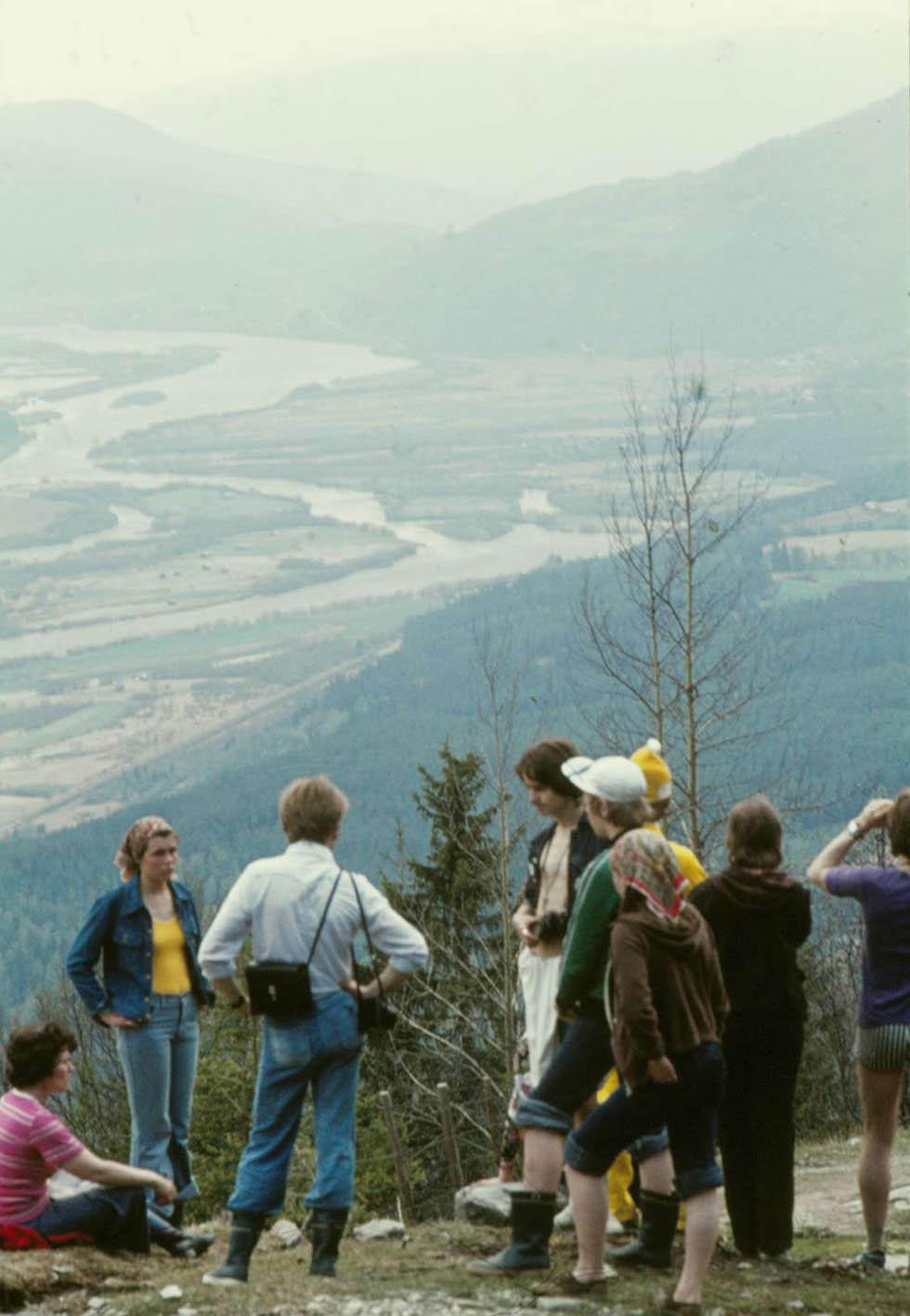 Ungefär halvvägs upp till toppen på bergen ovanför Gudbrandsdalen, där bosättningen slutar.