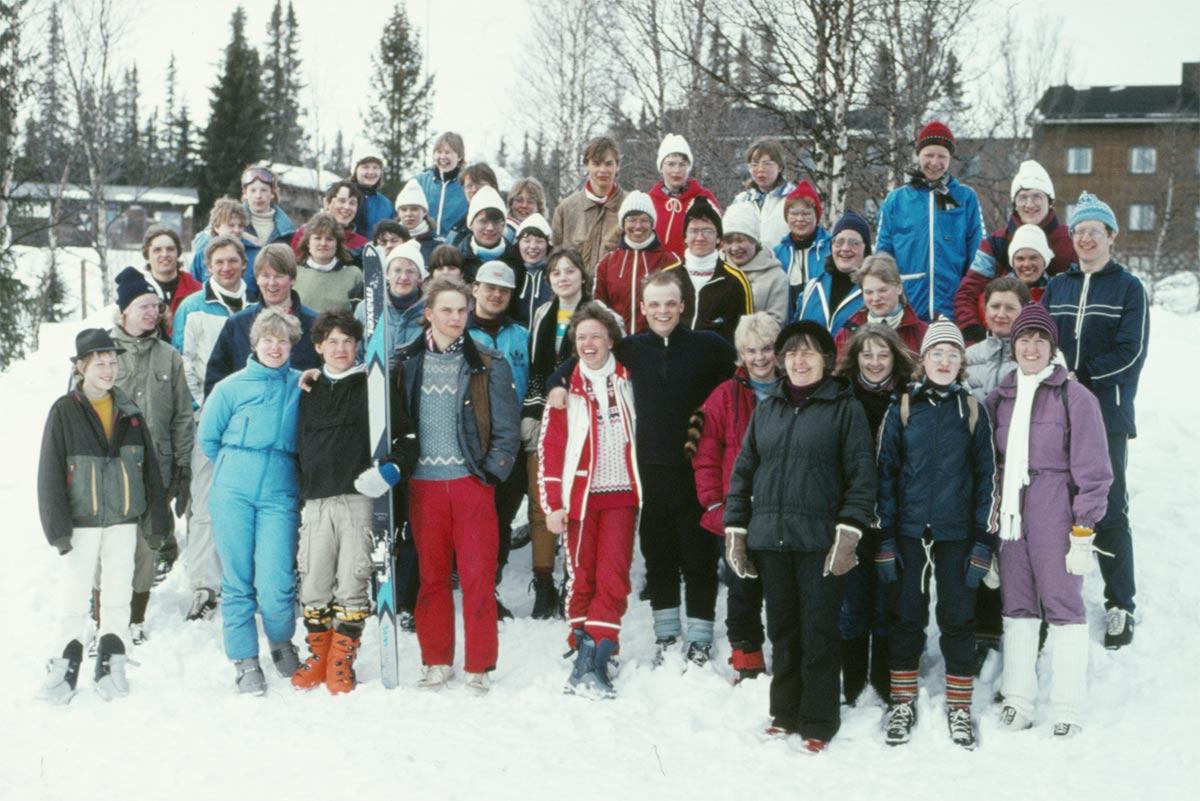 Glada skidresenärer framför Hållands folkhögskola.