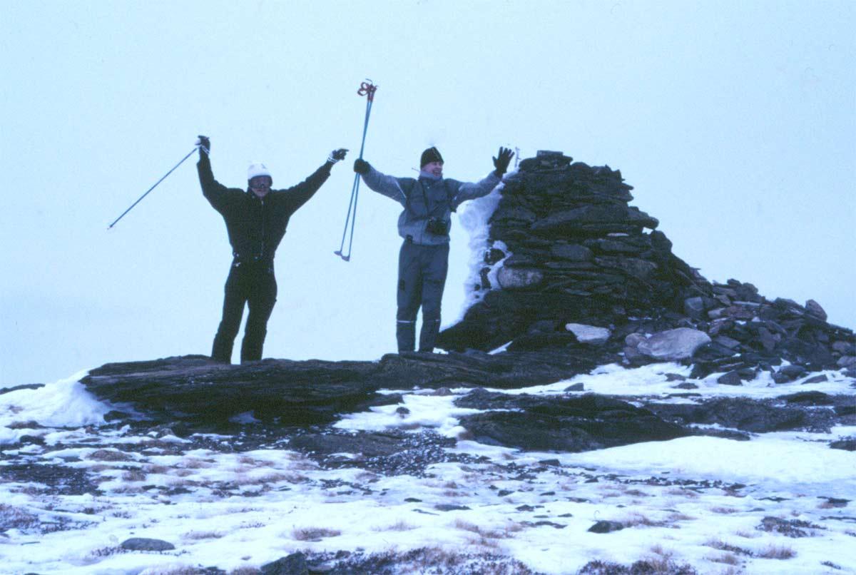 Den gången lyckades några bestiga Vällistes topp. Det gick inte att skida hela vägen utan det blev att bära skidorna rätt långa sträckor. Vilken triumf att stå på toppen!
