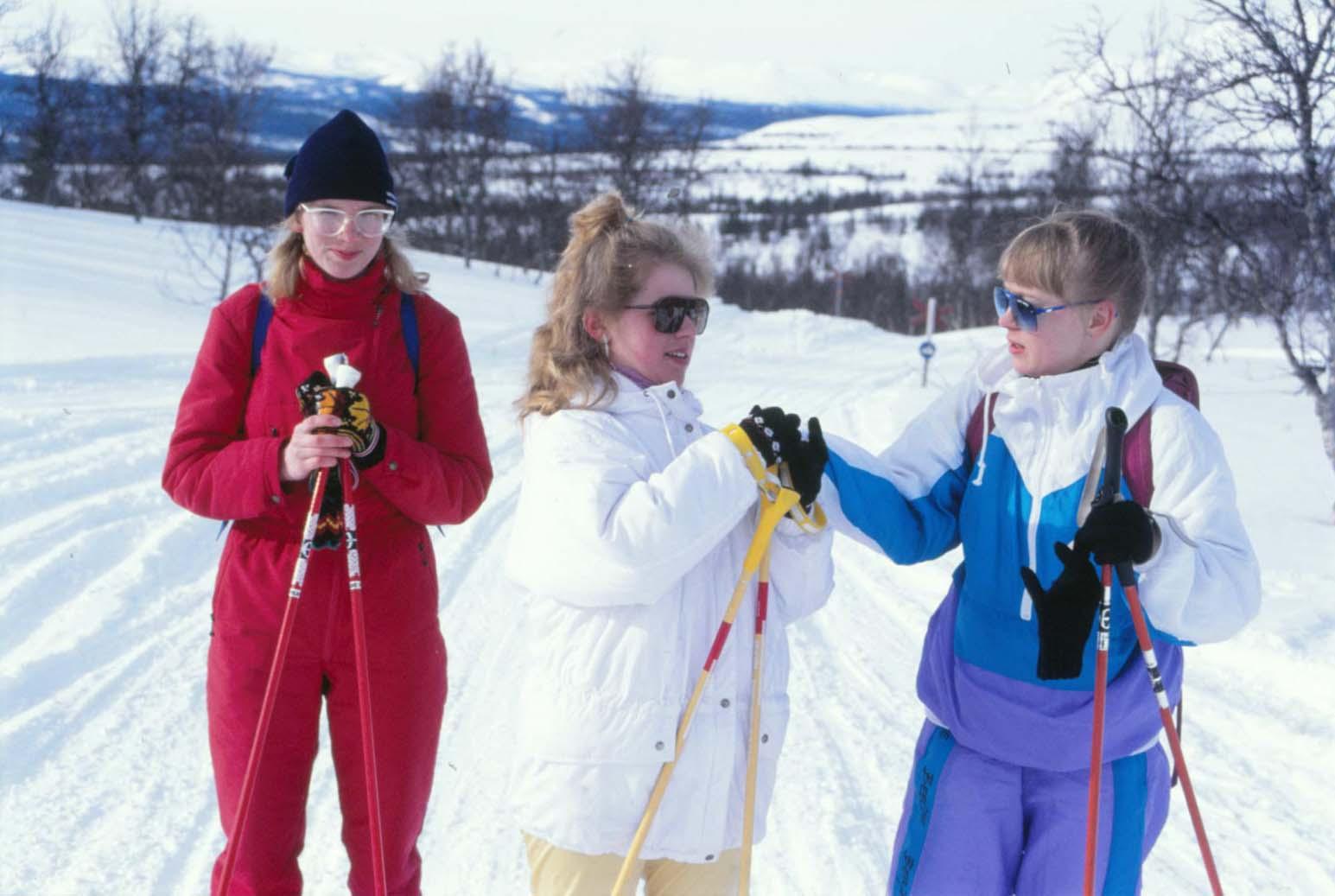 Estlandseleverna Lea, Inna och Monika trivdes gott i skidspåren.