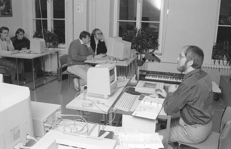 I november 1990 hölls en kurs i datanotskrivning med Göran Stenlund som lärare. Vi hade ingen datasal, utan Mac-datorer lånades ihop där de gick att få.